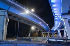 Brücke belichtet nachts Stockfotos
