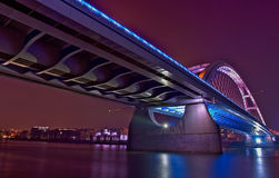 Brücke Bratislava-Apollo nachts Stockbild
