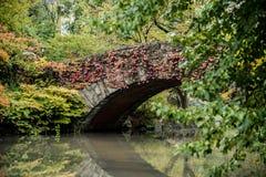 Brücke Central Park Gapstow in den vollen Herbstfarben Stockfotos