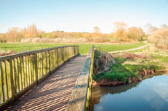 Brücke in das Frühlingslicht stockbild