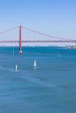 Brücke 25 de Abril, Lissabon Stockfotos