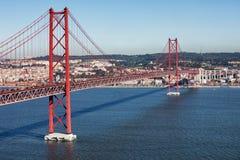 Brücke 25 deabril in Lissabon Stockbilder