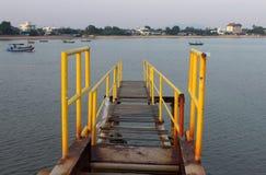 Brücke in dem Meer stockfotos