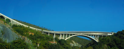 Brücke in den Alpen Stockfoto