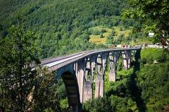 Brücke in den Bergen stockbild