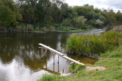 Brücke in den Fluss lizenzfreie stockfotos