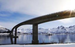 Brücke in den Lofoten-Inseln im Winter mit Blendenfleck und Gebirgsreflexion Lizenzfreies Stockbild