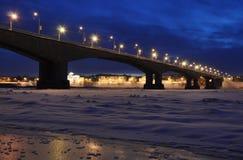 Brücke in den Nachtleuchten. Lizenzfreies Stockbild