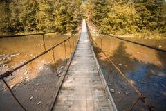 Brücke der Aufhebung-Bridge Gestalten Sie Ansicht der langen hölzernen Hängebrücke über Fluss landschaftlich lizenzfreie stockbilder