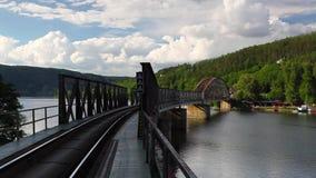 Brücke der eingleisigen Eisenbahn über dem die Moldau-Fluss stock video footage
