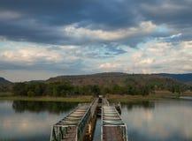 Brücke in der Natur mit blauem Himmel Stockbild