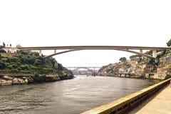 Brücke, die über dem Duero-Fluss in Porto Portugal überspannt stockbild