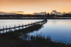 Brücke in die Lagune in der Dämmerungsszene Maha Sarakham Thailand lizenzfreies stockbild
