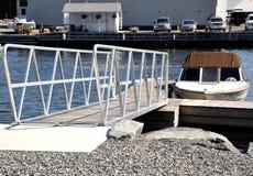 Brücke, die zum Boot geht stockbilder