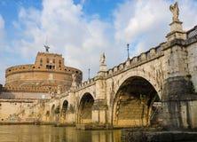Brücke, die zum Schloss in Rom kreuzt Lizenzfreie Stockfotos