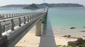 Brücke, die zur Insel anschließt stock footage