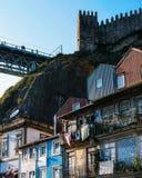 Brücke Dom Luis, traditionelle Häuser und mittelalterliche Wände und Turm - Porto Portugal stockfotos