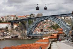 Brücke Dom Luiss I in Porto und Drahtseilbahn in Gaia Lizenzfreie Stockfotos