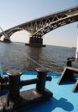 Brücke durch den Fluss Volga Lizenzfreies Stockfoto