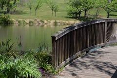 Brücke in einem Garten mit einem Teich Lizenzfreie Stockfotos