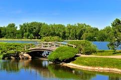 Brücke in einem japanischen Garten Stockfotografie