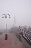 Brücke an einem nebeligen Tag Stockbilder