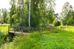 Brücke in einem Park Stockbilder