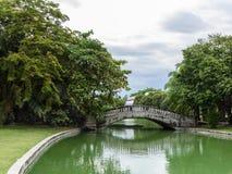 Brücke in einem schönen Park Lizenzfreies Stockbild