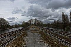 Brücke in einem verlassenen Industriegebiet Stockfotografie