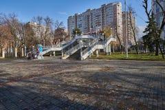 Brücke am Eingang zu Victory Park Stadtbild von Krasnodar lizenzfreie stockfotografie