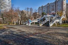 Brücke am Eingang zu Victory Park Stadtlandschaft von Krasnodar lizenzfreie stockfotos