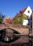 Brücke entlang grünem Quay, Brügge, Belgien. Lizenzfreies Stockfoto