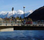 Brücke, Fluss und Berge. Stockbild