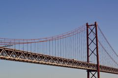Brücke gegen blauen Himmel Lizenzfreie Stockfotografie