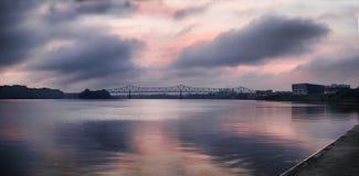 Brücke am geringfügigen Nebel des Sonnenaufgangs Lizenzfreies Stockfoto