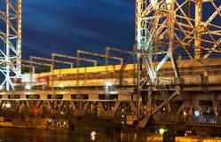 Brücke, hebend, Gegengewicht, Unterstützung, Nacht, Fluss, Schwingen an lizenzfreie stockfotografie