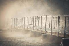 Brücke hergestellt von den Betonblöcken über dem Fluss im Winter Lizenzfreie Stockfotos