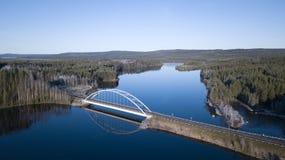Brücke im blauen Fluss Lizenzfreies Stockbild