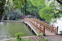 Brücke im chinesischen Park. Stockfotos