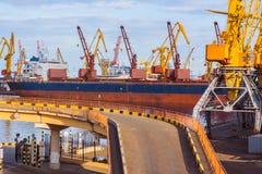 Brücke im industriellen Seehafen Stockbild