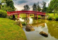 Brücke im japanischen Garten Stockfotografie