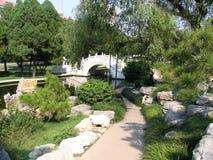 Brücke im Nanjiao Garten lizenzfreies stockbild