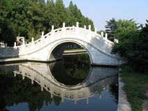 Brücke im Nanjiao Garten stockfotos