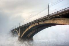 Brücke im Nebel stockfotografie