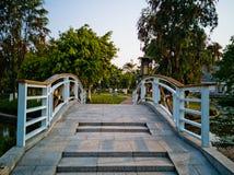 Brücke im Park Lizenzfreie Stockfotos
