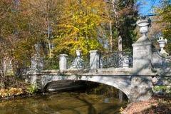 Brücke im Park stockfoto