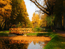 Brücke im Park, Herbst Lizenzfreies Stockfoto
