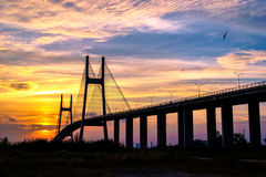 Brücke im Sonnenuntergang Stockfotos