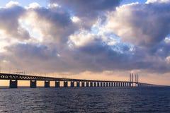 Brücke im Sonnenuntergang stockfotografie