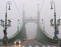 Brücke im Winternebel, Budapest Lizenzfreies Stockfoto